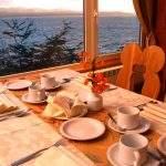 Desayuno frente lago